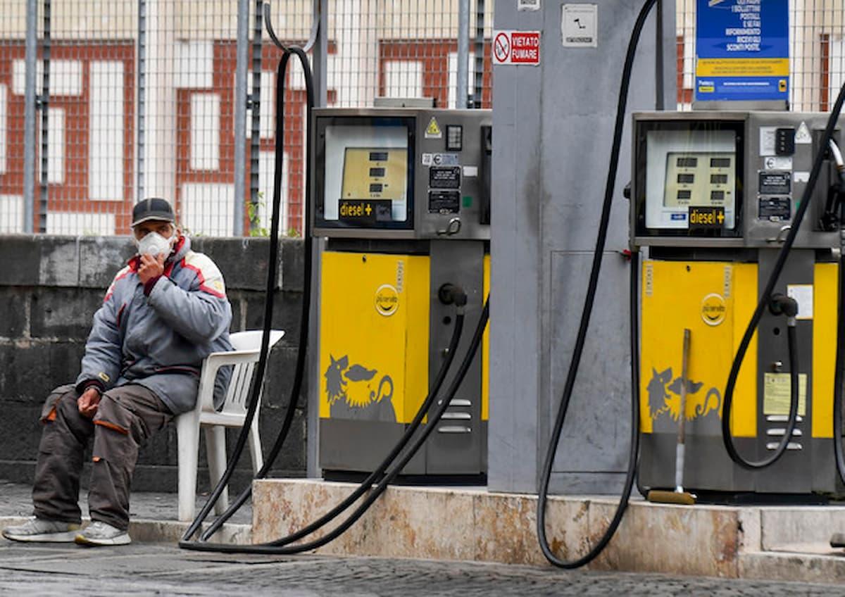 Benzina sempre più cara, il pieno vale 241 euro in più; cala ma poco il coronavirus: nonostante il caos vaccini, forse il merito è delle mascherine