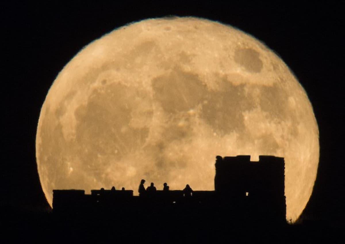 La luna piena è in cielo, il coronavirus cala calicchia, le mascherine sistema più sicuro, mancherà la carta igienica?