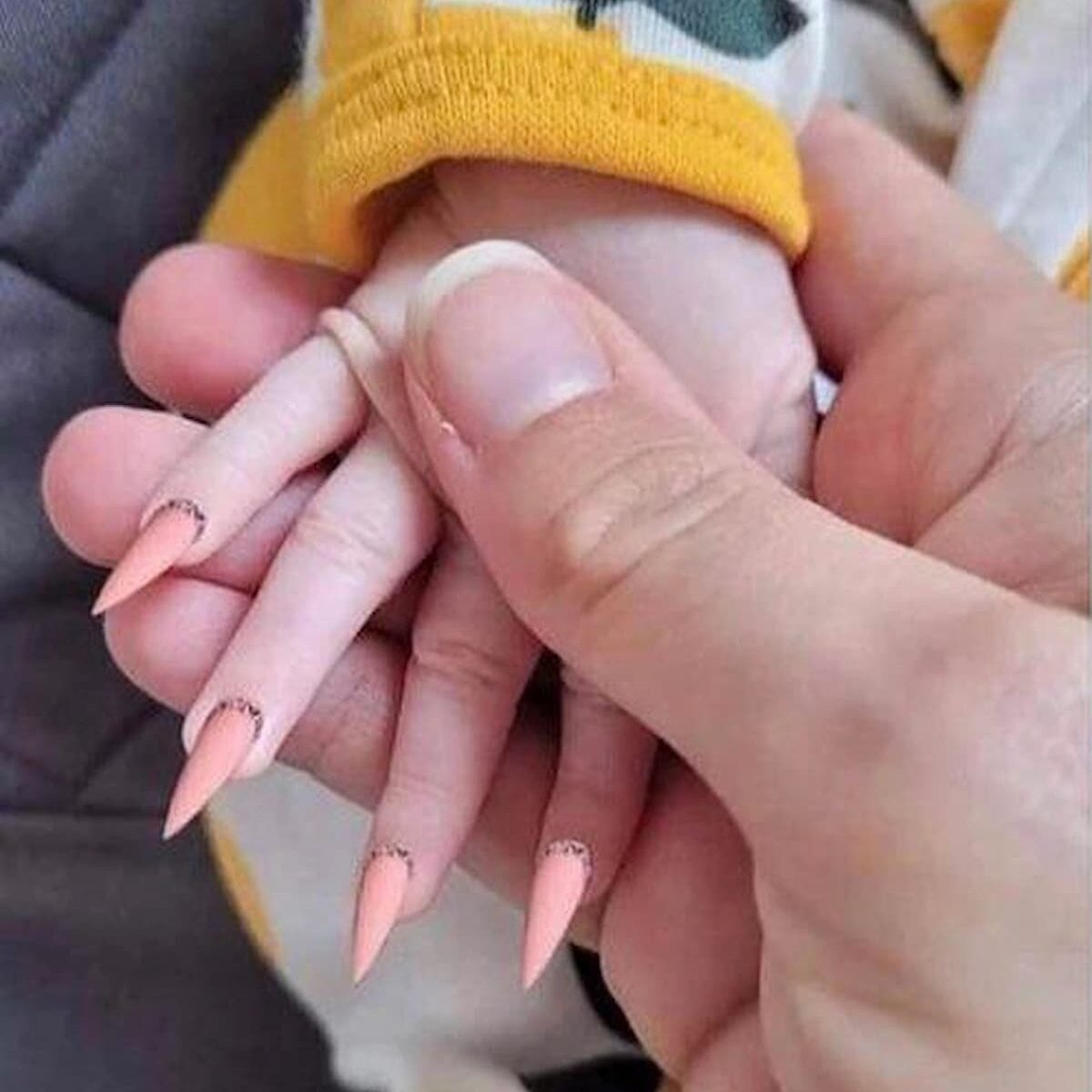 Covid? C'è chi scherzare con le unghie stiletto alla figlia. Nell'uovo il vaccino Johnson&Johnson, in Italia dal 16 aprile