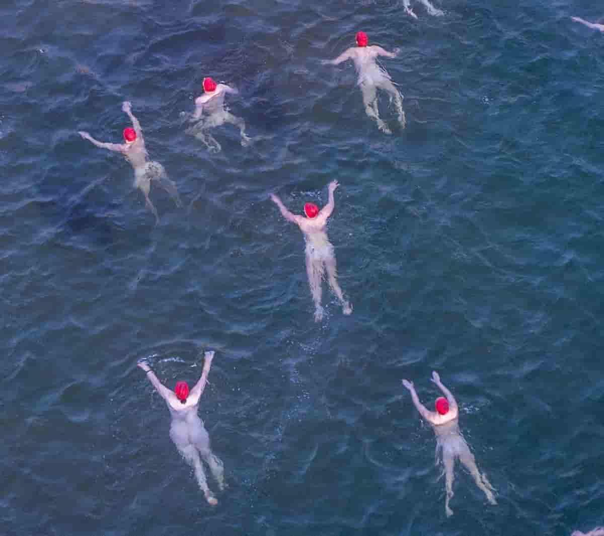 Nuotano nell'acqua a 3 gradi per il solstizio in Australia e contro la follia che ci circonda: il rifiuto delle mascherine, bassa e incosciente demagogia di Salvini; i rischi dei poliziotti che ci vogliono proteggere, gli assurdi della legge Zan e le sollevatrici di pesi furiose per la concorrente che era uomo fino a 8 anni fa