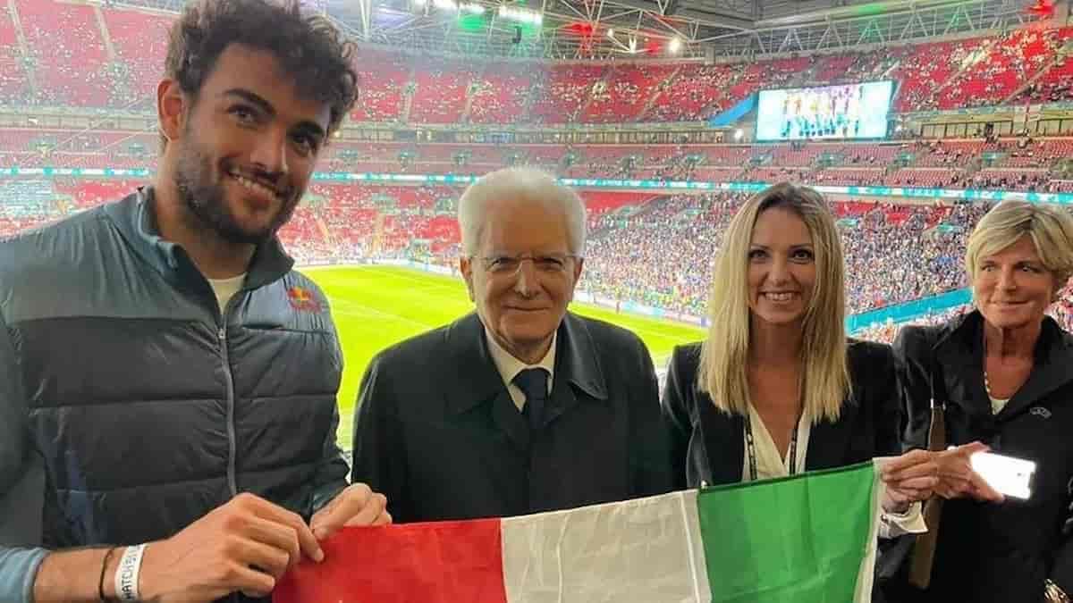 Italia campione d'Europa smaschera gli inglesi, altro che aplomb e fair play: fischiano l'inno di Mameli, si tolgono le medaglie, pensavano che i maccheroni se li mangiavano loro invece la coppa è finita a Roma; il colpo di gomito fra Beckham e Tom Cruise, l'entusiasmo dei principini: ci davano per cotti