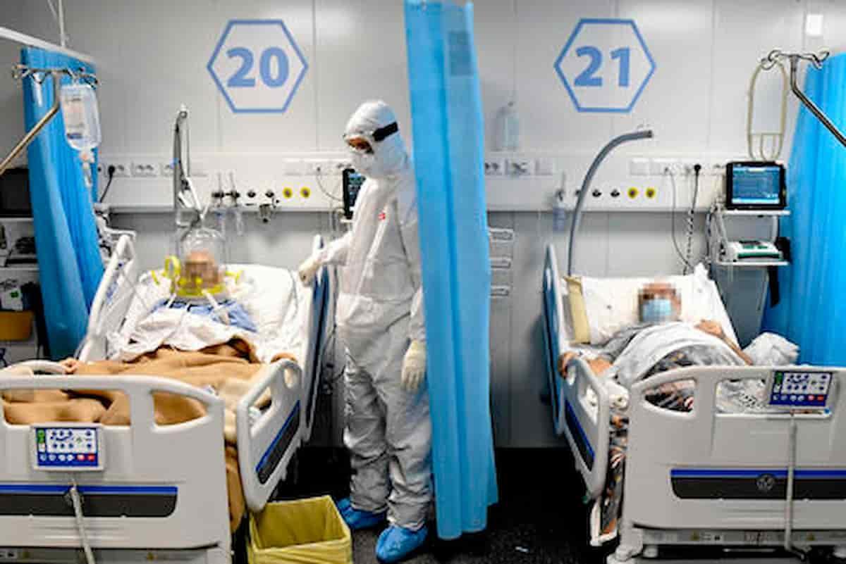 Attenti al Covid, i nuovi infetti non scedono più, non è come un anno fa, meno che mai come in Russia o Gran Bretagna, ma da una settimana la tendenza si è invertita, mentre no Green Pass e No vax continuano ad agitarsi:
